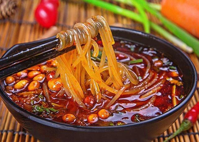 毛肚,猪肝等作为主料,以黄豆芽打底,将辣椒,花椒,郫县豆瓣,少许火锅底