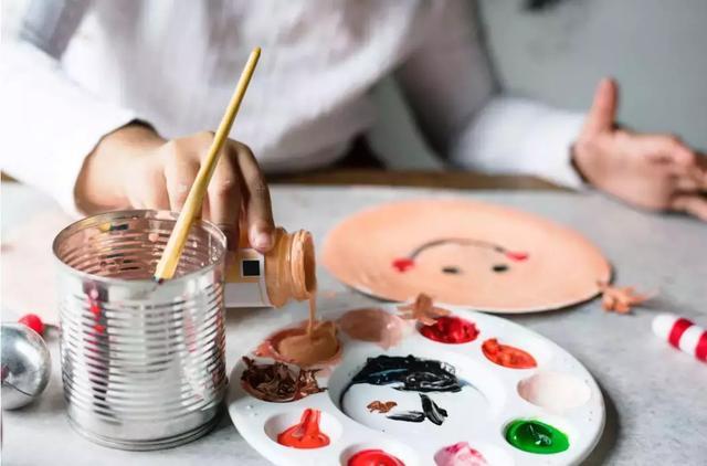 一开始画画,有的孩子就全副武装,因为家长怕颜料弄脏孩子.图片