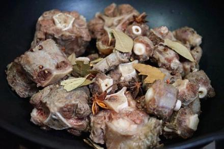 秋季v牛尾汤,首选牛尾骨,三招教你煲汤醇香,窍门趐根烧毛豆图片