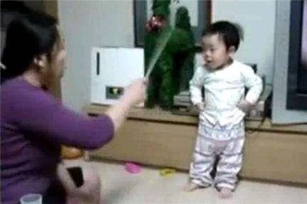 1岁半宝宝被宝妈罚站,接下来的表情太暖了,网友:戏精上身