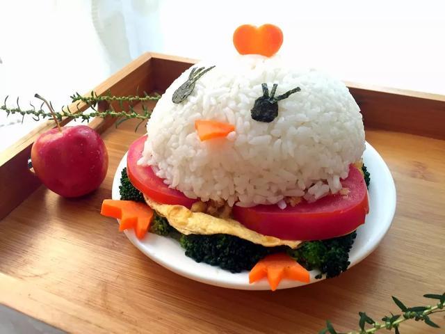 变花样——一开始可以从简单的造型摆盘入手,比如给菠萝理个发,给米饭
