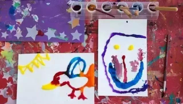 制作步骤:在一张卡纸上让孩子用白乳胶画出想要的图案,像这样的小鸭子