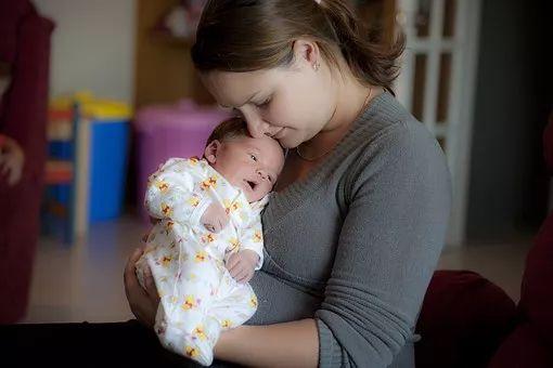 其实,这只是大人习惯干预宝宝睡觉的一种方式,宝宝大脑发育不完善