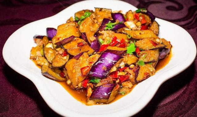 秋天红烧茄子怎么烹饪吃起来比较美味爽口呢?