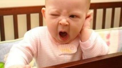 宝宝犯困揉眼睛,不睡觉时,还总做这一动作,妈妈可要担心了!