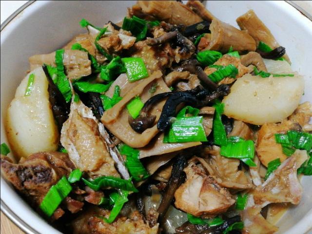 南笋北茹炖土鸡,家常味菜品丰富吃法多样,鸡汤泡饼味更绝