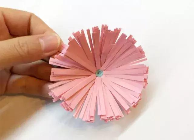 制作步骤:裁剪出一个宽纸条和一个细纸条     准备材料:皱纹纸