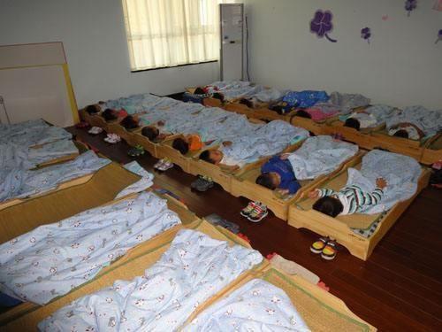 幼儿园睡觉,老师拍照发群,相片中男孩举动,家长立马找到了老师