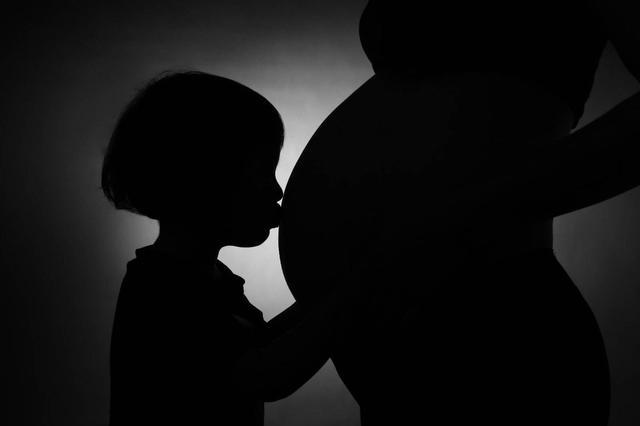 二胎妈妈的经历,看着大宝羡慕的眼神,心中愧疚万分