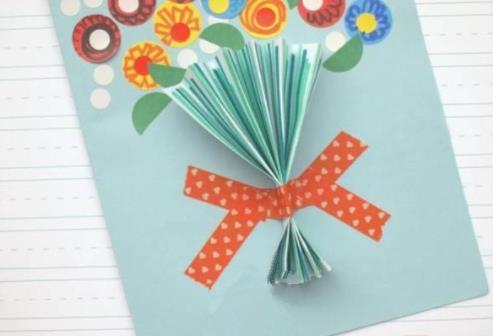 立体贺卡,用纸片做成的气球,还有小红旗,特别符合国庆节举国欢庆