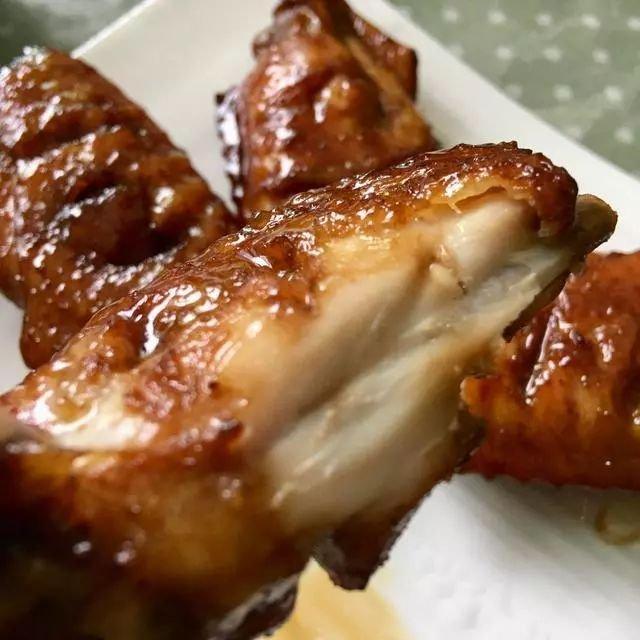 比可乐鸡翅还好吃的蜜汁烤翅,简单三步就能做出来,上桌就光盘