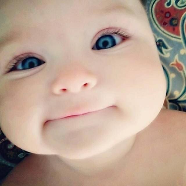 这宝宝也太可爱了,装睡还偷笑,直接不把粑粑放在眼里哇!