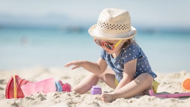 穿着救生衣     据专家指,海滩安全和游泳池安全,是有所不同的.