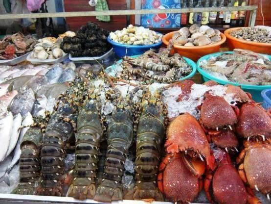国内的高档海鲜,在这两个地方却是街头小吃,随处可见!