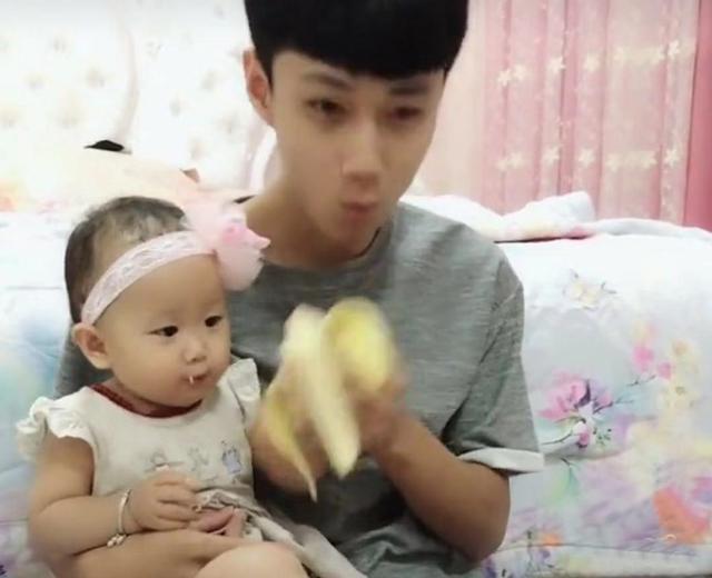 爸爸偷吃了宝宝手中的香蕉,宝宝发现后低头到处寻找,好萌好可爱