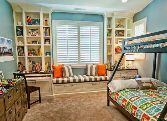 淡蓝色墙面,白色百叶窗,飘窗卡座搭配玩具,书籍收纳橱柜,给孩子