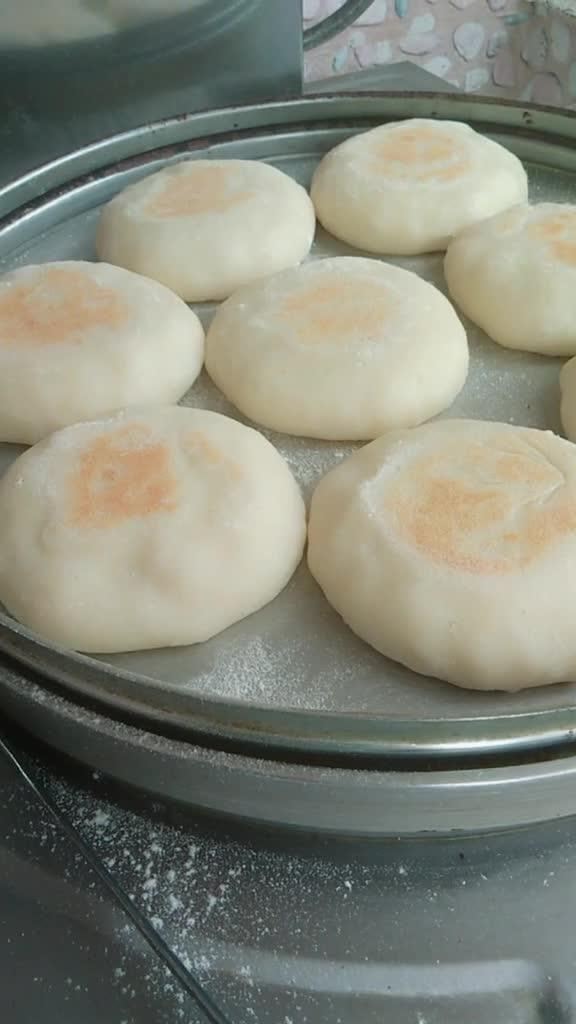 防止它粘粘在一起,清洗起来是十分费劲的,再将它搓成小圆球,擀成饼胚