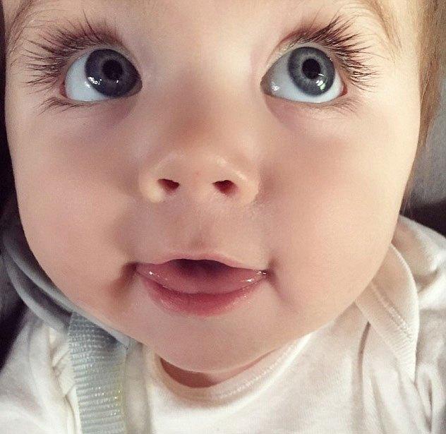 小编觉得通常这种时候一放下,宝宝就又会大哭吧!