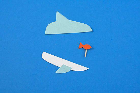 再从橘色卡纸上剪一条小鱼,背面粘贴一小段牙签.
