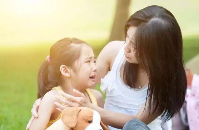 曾在游乐场看到一个小女孩抢小男孩手里的玩具,小男孩看起来比较