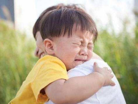 当孩子不愿意上幼儿园哭闹时,父母最容易犯这2种错误