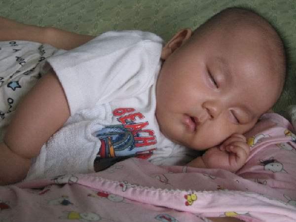 包括小孩子,如果爸妈发现自己的孩子在睡觉的时候会发出沉重的呼吸声