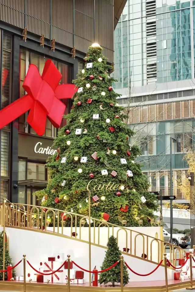 今年的超大圣诞树也很可爱,两层楼高的圣诞树点缀着各色礼品.