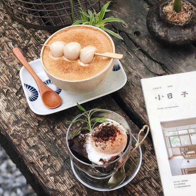 暖暖的黑糖姜茶上放在一串包有花生内馅的汤圆,光用看的就觉得好温暖