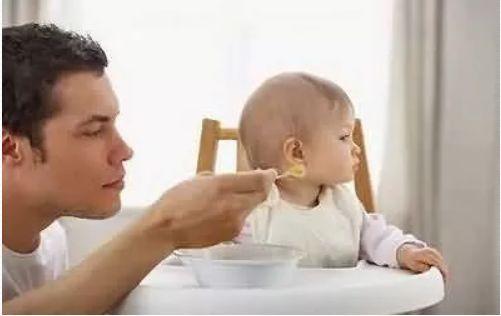 像陈阿姨家的小孙子这般乖巧的能自己吃饭的孩子实在是太少见了